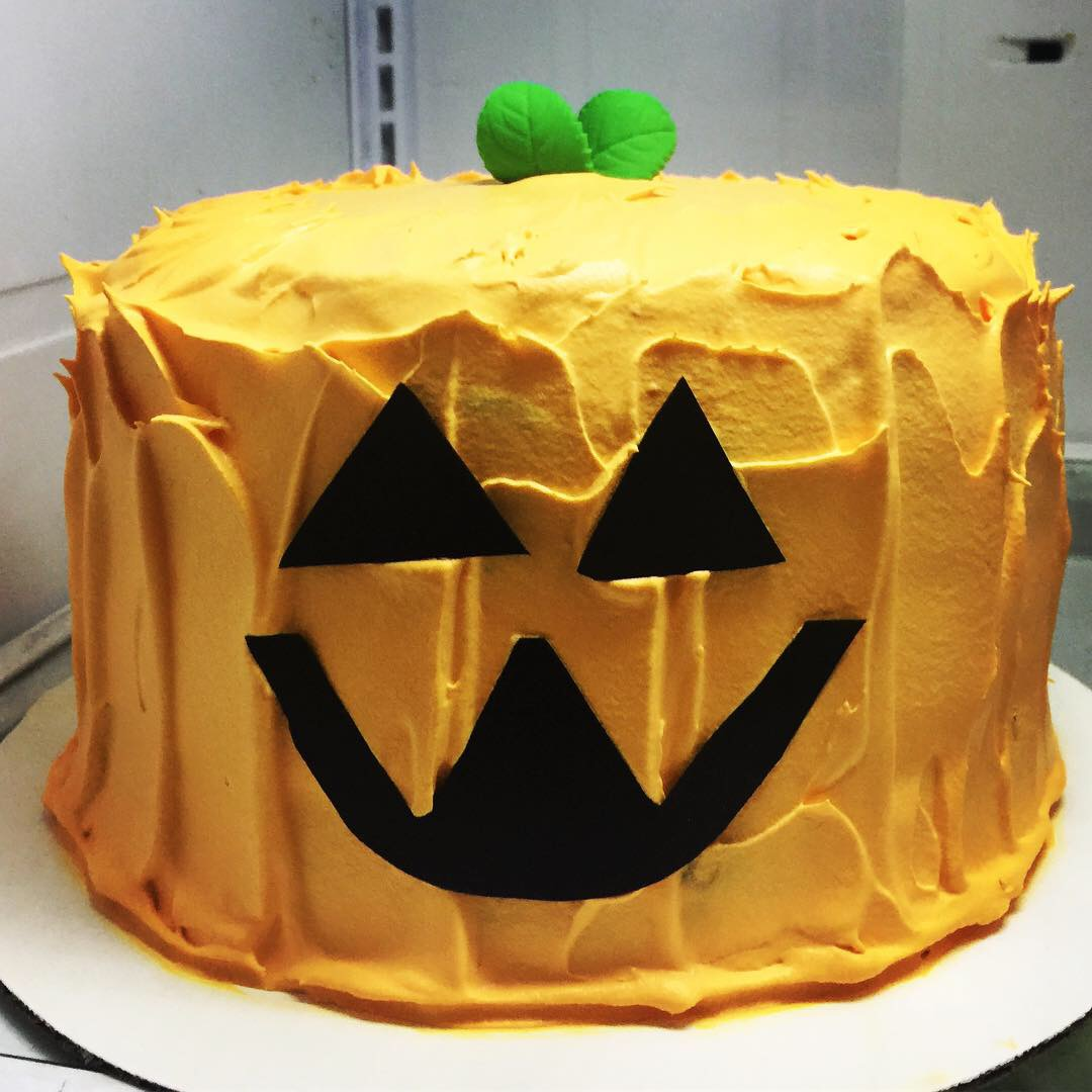 """Pumpkin Face"" Halloween Cake"